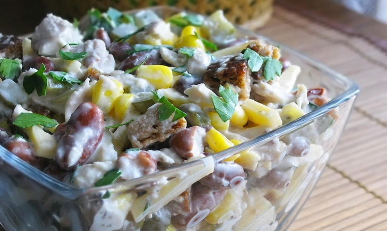 Салат с сухариками и колбасой рецепт очень вкусный