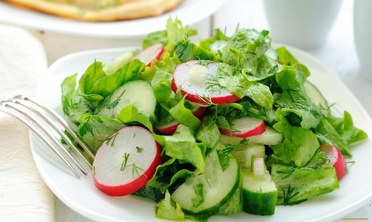 Салат с редиской и огурцами с